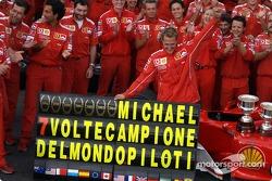 Михаэль Шумахер и члены команды Ferrari праздную седьмой титул