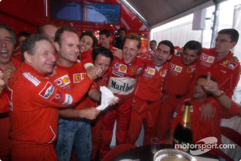 Michael Schumacher celebra 7 º Campeonato del mundo con Rubens Barrichello, Jean Todt y los miembros