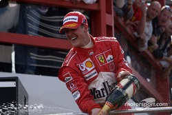 Podio: champagne para Michael Schumacher