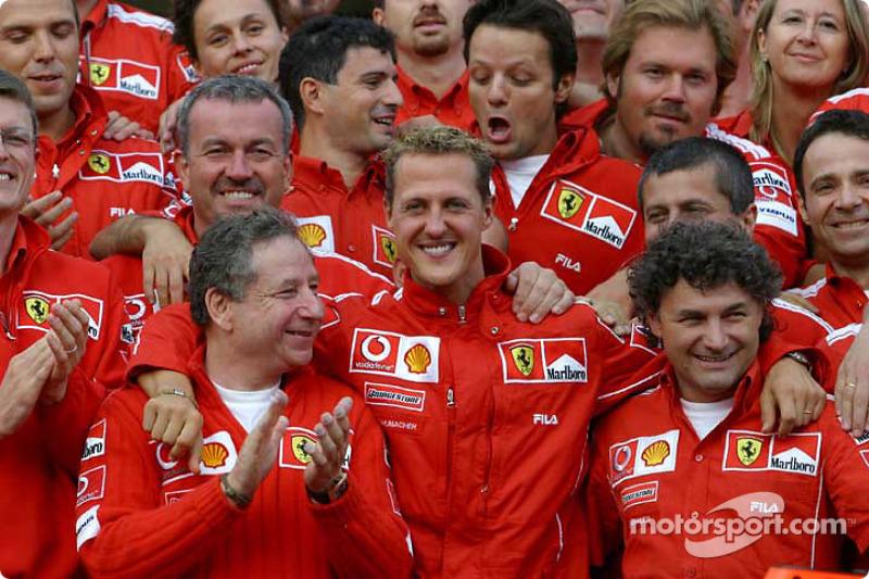 Michael Schumacher celebra 7 º Campeonato Mundial de conductores con los miembros del equipo Ferrari