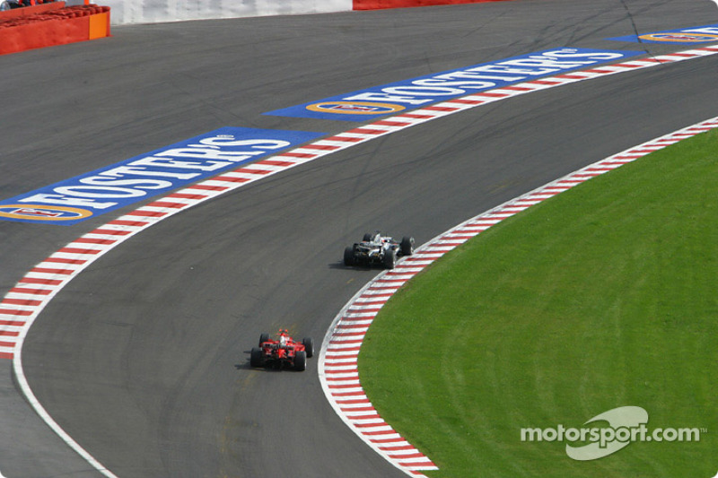 Шумахер продолжал погоню за Райкконеном, однако в этот раз у Ferrari не было привычного преимущества в скорости