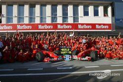 Los miembros del equipo Ferrari celebran el Campeonato del mundo de constructores 2004