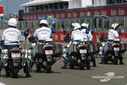 Fuerzas de policía antes del desfile de pilotos