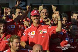 Los miembros del equipo Michael Schumacher y Ferrari celebran el Campeonato del mundo de constructor