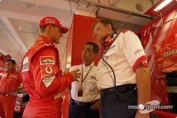 Michael Schumacher discute con ingenieros