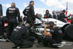 Miembros del equipo McLaren en la parrilla de salida