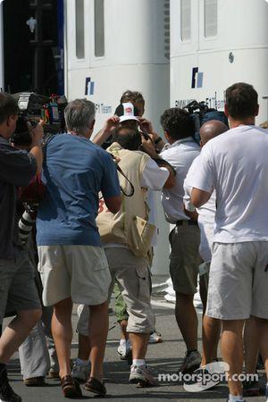 Jenson Button rodeado por fotógrafos