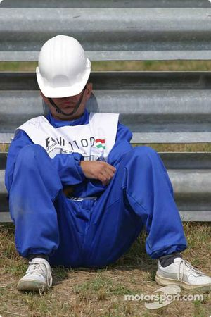 Track worker relaxes before start, session
