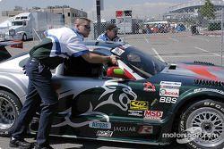 L'équipe Rocketsports Racing pousse la voiture n°3