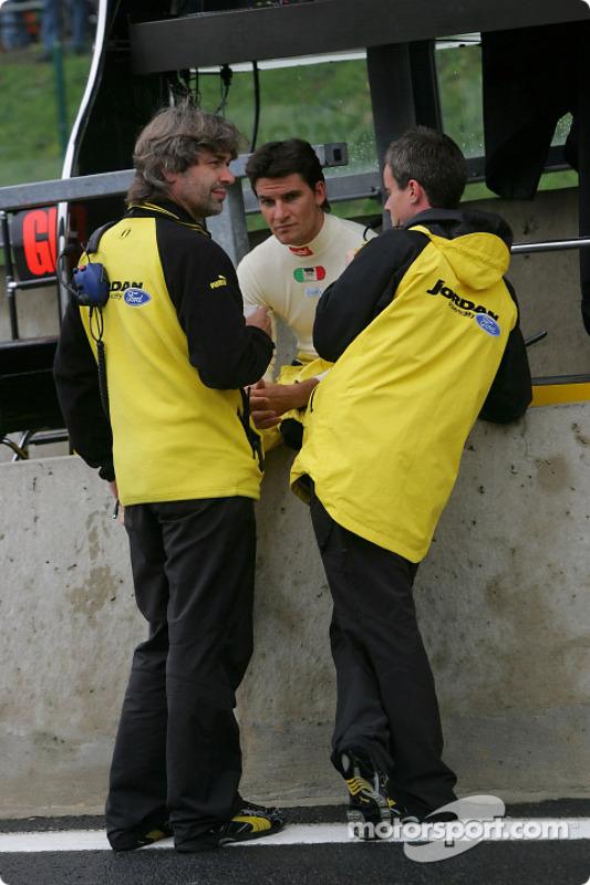 Giorgio Pantano discute con los ingenieros de Jordan, James Robinson y Dominic Harlow