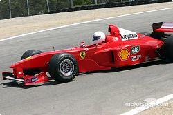 La Ferrari de 1999 de Michael Schumacher, pilotée par Frederico Kroymans, avant
