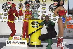 Victory Lane : le vainqueur Greg Biffle fête sa victoire avec The Flash, Green Lantern et Wonder Woman
