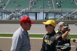 Al Unser Jr. et Al Unser discutent la stratégie avant la course