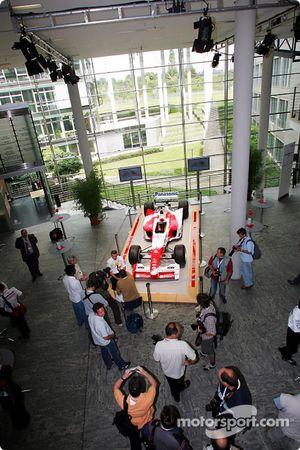Olivier Panis est interviewé devant une réplique de la Toyota F1