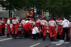 Les membres du Panasonic Toyota Racing préparent la TF104