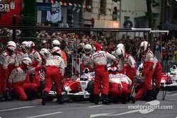 L'équipe Panasonic Toyota Racing pendant un arrêt aux stands