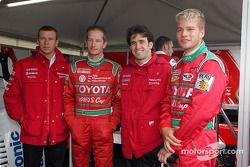 Olivier Panis et Ricardo Zonta avec deux pilotes de Yaris Cup