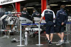Williams-BMW takım elemanları inspect McLaren