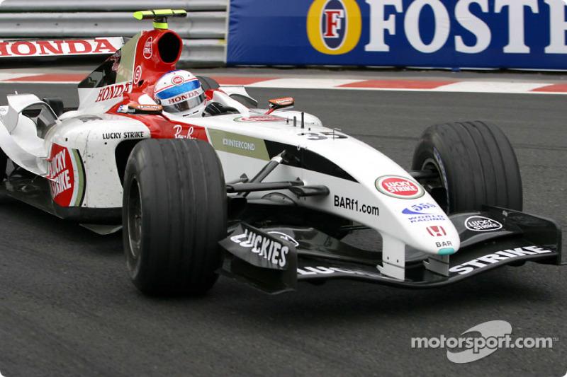 Регламент позволял всем командам, кроме четырех сильнейших, использовать в тренировках третью машину. Именно «пятничный гонщик» BAR Энтони Дэвидсон стал лучшим в первой сессии