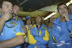 Ярно Трулли и Фернандо Алонсо вместе с сотрудниками команды Renault F1 team