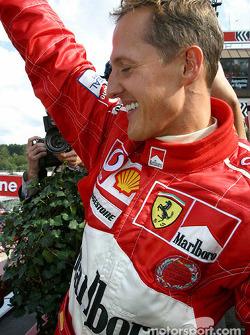 Podio: Michael Schumacher celebra el Campeonato del mundo