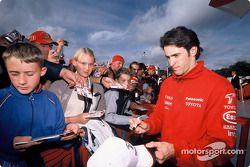 RiCardo Zonta imza dağıtıyor