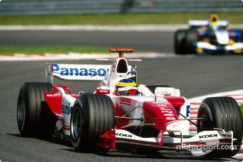 Пятым же, опережая пару гонщиков Sauber, и вовсе оказался Рикардо Зонта – из-за ошибки в квалификации бразилец из Toyota начинал борьбу самым последним, но теперь имел шанс показать лучший результат в карьере