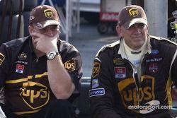 Dale Jarrett s'assied avec son crew chief Mike Ford