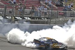 Greg Biffle fait fumer les pneus