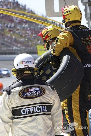 Jamie McMurray's team ready for a pitstop