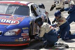 Stacy Compton's team having a little problem on the last pitstop