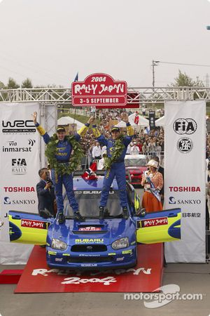 Podium : les vainqueurs du rallye Petter Solberg et Phil Mills fêtent leur victoire