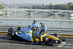 Fernando Alonso and Franck Montagny pose with the Renault F1 R24