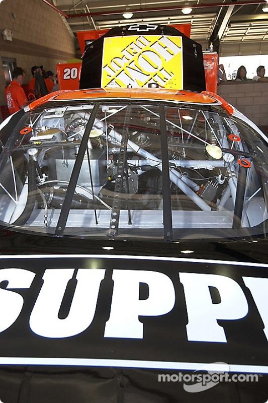 On prépare la Chevrolet Home Depot n°20 pour la course