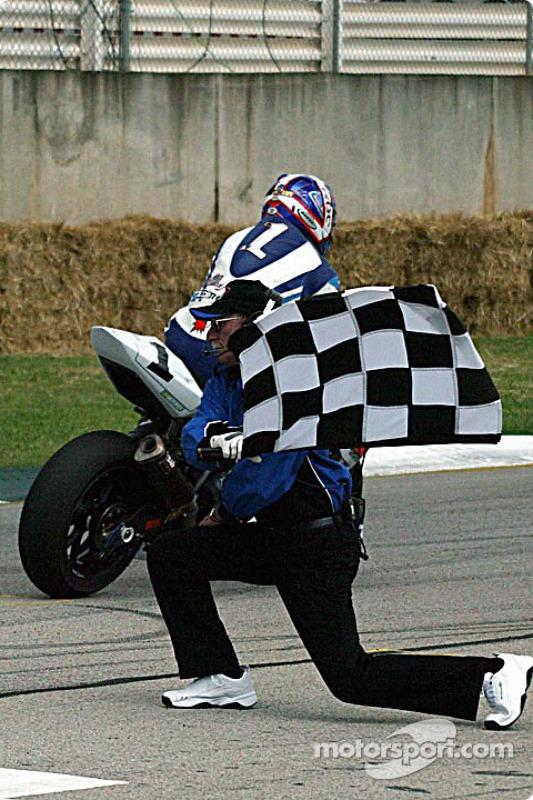 Mat Mladin passe sous le drapeau à damiers