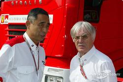 Le directeur de Bridgestone Motorsport Hiroshi Yasukawa et Bernie Ecclestone