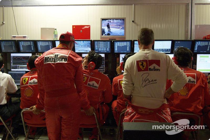 Michael Schumacher y Rubens Barrichello en la sala de telemetría
