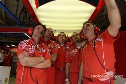 Los miembros del equipo de Ferrari ven cómo Michael Schumacher califica