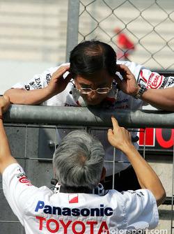 Keizo Takahashi, coordinateur directeur technique chez Toyota, en conversation avec le Team Principal de Toyota Tsutomu Tomita