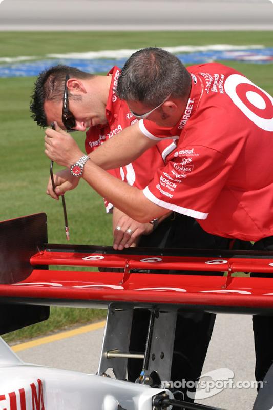 Les mécaniciens de Chip Ganassi Racing ajustent l'aileron arrière