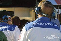 Les mécaniciens du Rocketsports Racing regardent la fin de la course