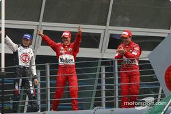 Jenson Button, Michael Schumacher et Rubens Barrichello vont vers le podium