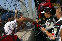 Takuma Sato signe des autographes après la course