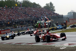 Premier virage : Rubens Barrichello devant le peloton