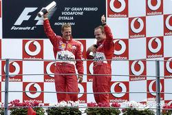 Podio: ganador de la carrera Rubens Barrichello con Michael Schumacher
