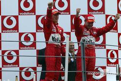 Podium : le vainqueur Rubens Barrichello avec Michael Schumacher