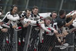 BAR-Honda los miembros del equipo celebran tercer lugar de Jenson Button
