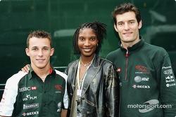 Christian Klien et Mark Webber posent avec le décathlète Denise Lewis