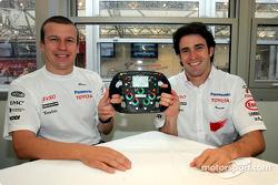 Olivier Panis et Ricardo Zonta avec un volant autographié