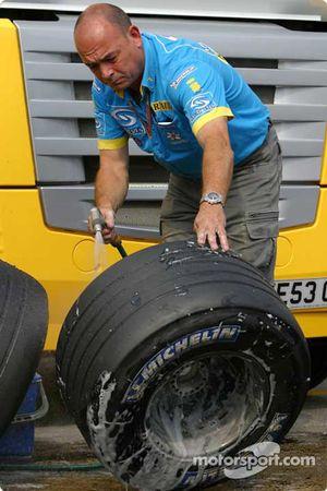 Механик команды Renault F1 team моет колеса
